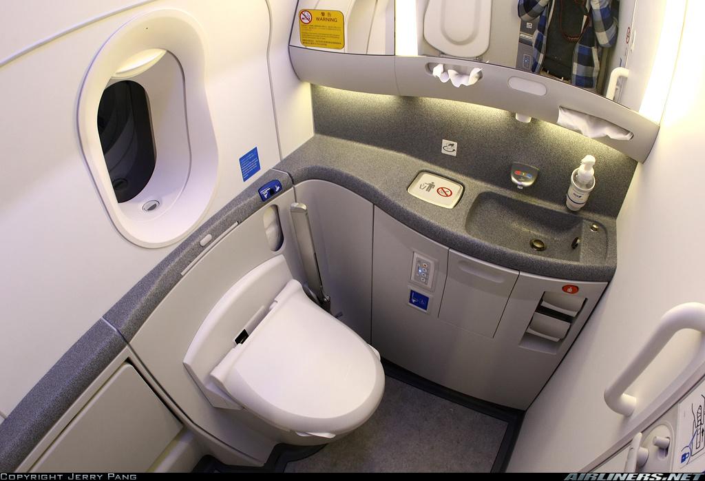 ana-toilet-all-nippon-airways-toilet-jepang-pesawat-jepang-pengalaman-naik-all-nippon-airways-pengalaman-naik-ana