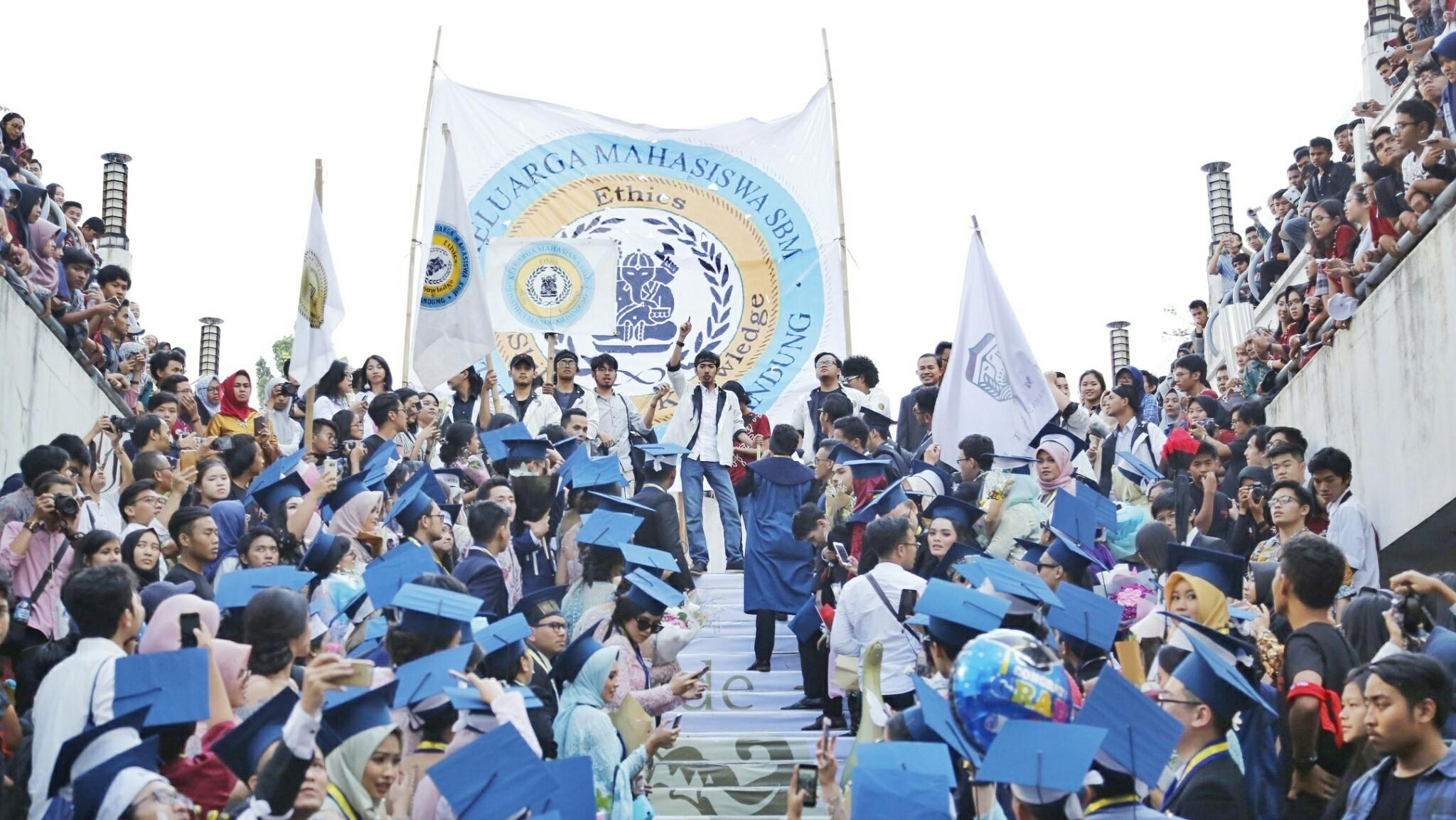 berita-wisuda-itb-2017-sbm-itb-mahasiswa-itb-saraga-himpunan-itb-arak-arakan-wisuda-itb-2017-salam-ganesha-km-sbm-kmm
